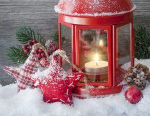 Los vinilos decorativos son una gran alternativa que puedes usar para preparar un escaparate de Navidad perfecto