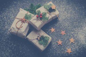 La decoración de tu escaparate navideño puede adornarse con elementos naturales como troncos de madera, piedras o piñas