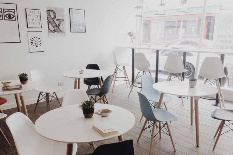 ¿Cómo decorar un bar o una cafetería sin tener que gastarse un dineral?