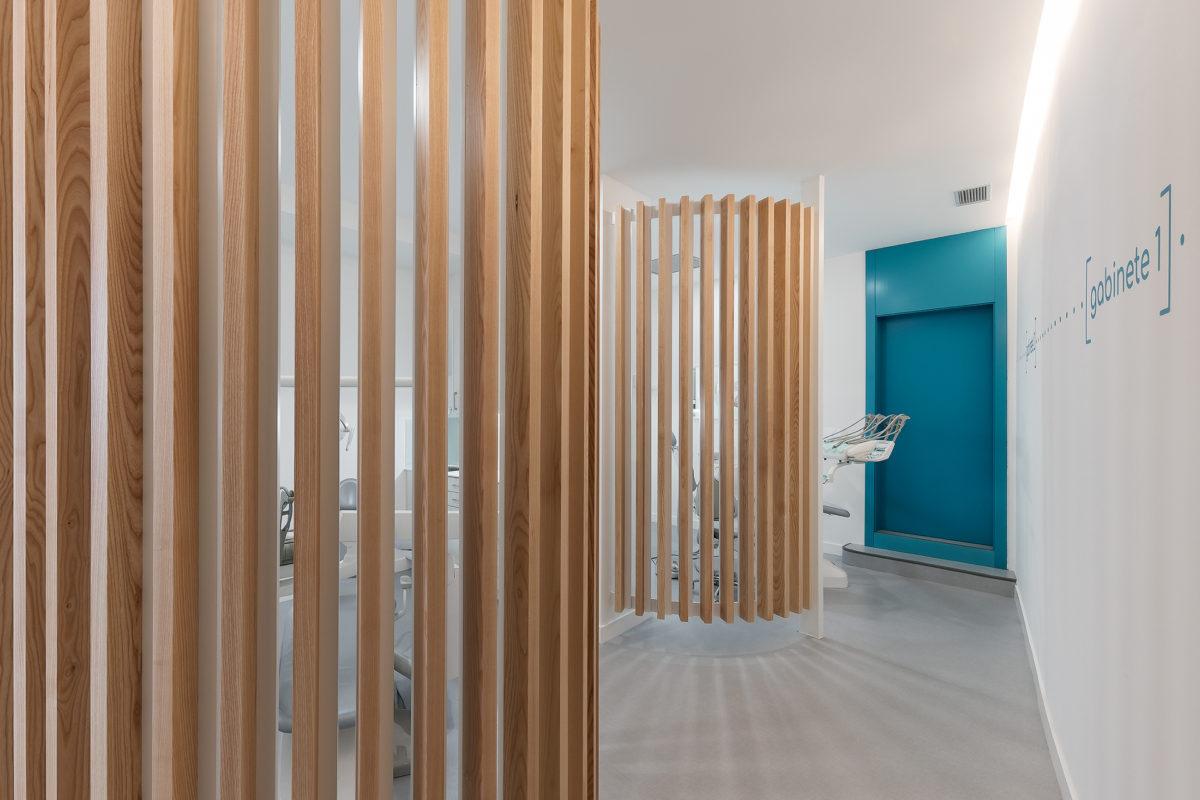 Diseño de clinica dental con detalles en madera y utilizando colores cálidos.