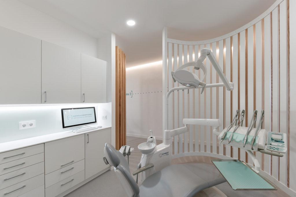 Para lograr los objetivos de la reforma de la clínica dental de Ponteareas se usaron materiales como la madera