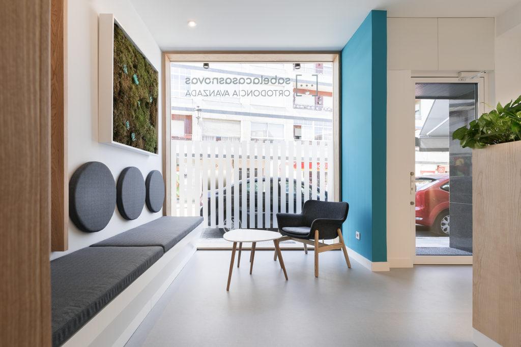 Para dar una mayor sensación de amplitud en el diseño interior de la clínica dental de Ponteareas se optó por eliminar las puertas de los despachos