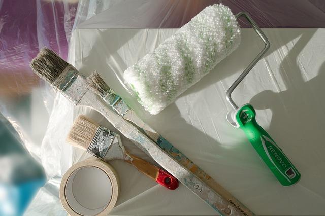 Pros y contras de utilizar el papel pintado o la pintura en la decoración de tu local
