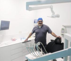Eduardo Vargas Ridao, propietario de su clínica dental en Vigo, ubicada en Gran Vía.