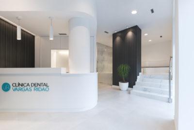Para la el proyecto de obra nueva de la clínica dental se apostó por crear un diseño que transmitiese elegancia y limpieza