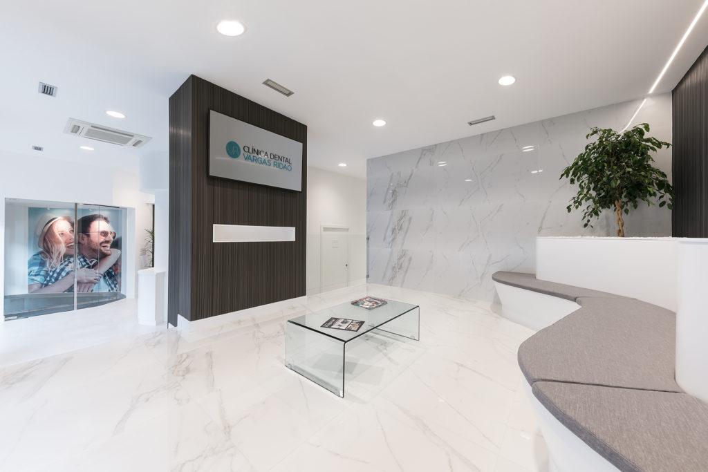Niddo utilizó diferentes materiales nobles para lograr un enfoque elegante en la clínica dental de Eduardo Vargas